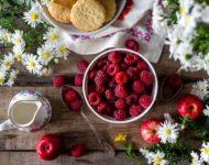 Миниатюра к статье Малиновый чай - полезные свойства и секреты приготовления ароматного напитка