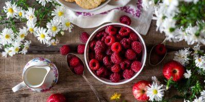Миниатюра к статье Малиновый чай – полезные свойства и секреты приготовления ароматного напитка